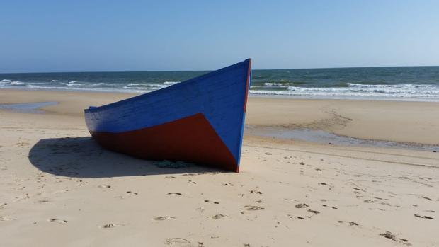 La patera encallada en la costa de Matalascañas este domingo