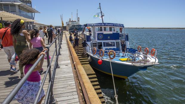 Viajeros se dirigen a la canoa antes de zarpar en Huelva