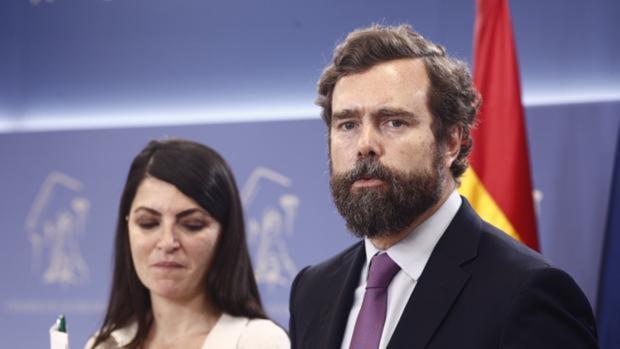 Iván Espinosa de los Monteros, junto a Macarena Olona, ambos de Vox, en el Congreso