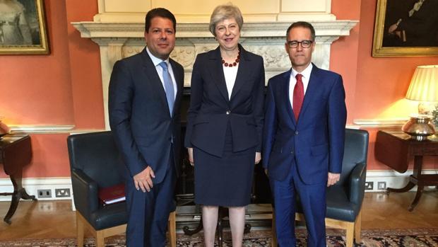 De izquierda a derecha, Fabian Picardo, Theresa May y Joseph García, en Downing Street