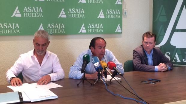 Los representantes de CCOO y Asaja-Huelva durante la firma del Convenio del Campo