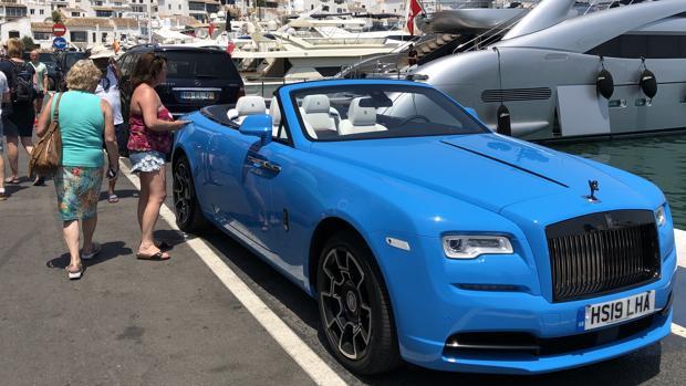 Un Rolls&Royce aparcado en Puerto Banús junto a los yates
