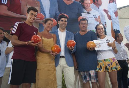 La bailaora Sara Baras junto al alcalde de Coín, Francisco Santos, y la familia de agricultores ganadora del concurso.