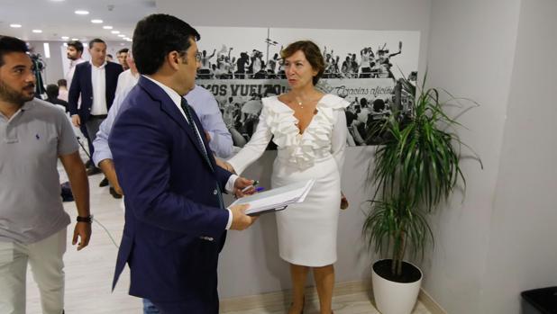 La consejera del Córdoba Magdalena Entrenas saluda a Jesús León en el estadio
