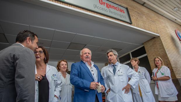 El consejero de Salud, Jesús Aguirre, ayer en el Hospital Virgen del Rocío