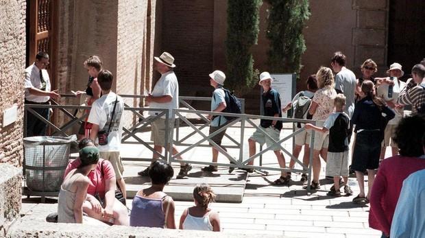 Cola de turistas para acceder a la Alhambra