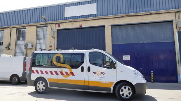 Una furgoneta del Ayuntamiento de Sevilla, el martes frente a la sede de la empresa Magrudis