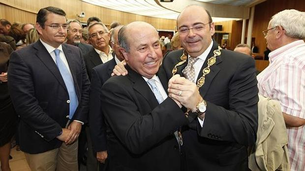 El exalcalde José Torres Hurtado, hoy investigado, junto al todavía presidente del PP de Granada, Sebastián Pérez. en una imagen de archivo.