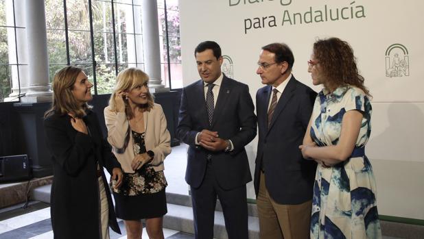 Juanma Moreno, con los responsables de UGT, CEA y CC.OO, así como la consejera de Empleo