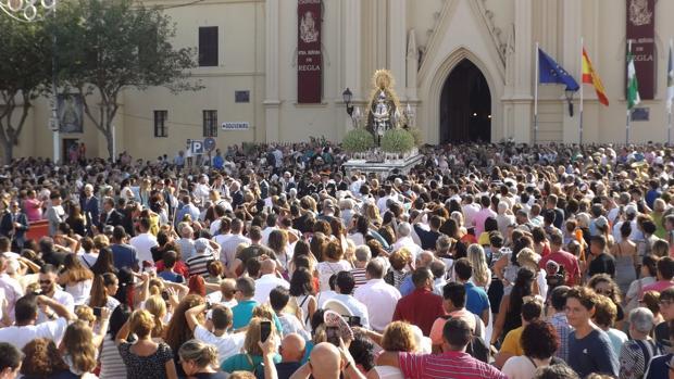 Momento de la salida de la Virgen de Regla desde el santuario de Chipiona