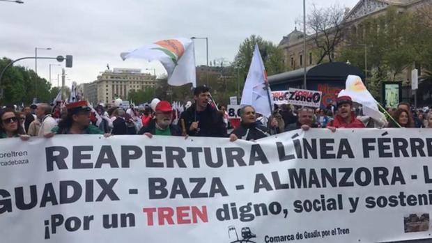 Colectivos ferroviarios de Guadix y Baza acudieron a la histórica manifestación de la «Revuelta de la España Vaciada» que tuvo lugra en Madrid el pasado mes de abril.