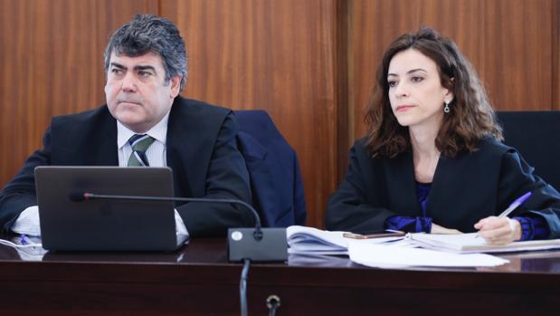 El abogado del PP Luis García Navarro al lado de su compañera Lourdes Fuster