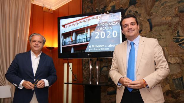 Salvador Fuentes y José María Bellido, en la presentación de las ordenanzas fiscales