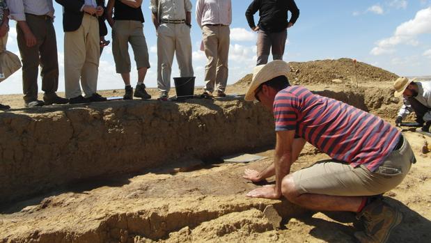 Un arqueólogo trabaja en un yacimiento de la Edad del Hierro