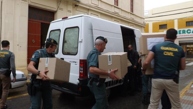 Agentes de la Guardia Civil durante el registro del Ayuntamiento de Peñarroya dentro de la operación Rocket