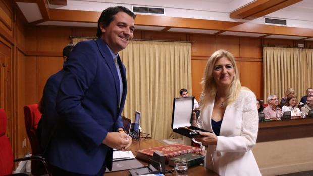 El alcalde, hoy durante la toma de posesión del acta de edil de la popular Lourdes Morales