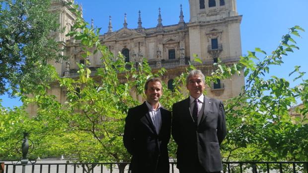 El alcalde de Jaén, Julio Millán, y el delegado del Gobierno, Lucrecio Fernández, ante la Catedral de Jaén