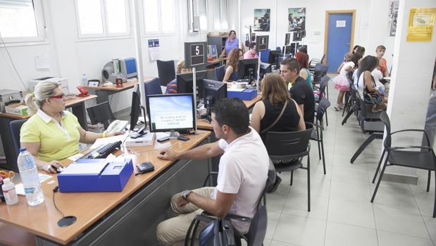 Usuarios renovando el DNI en una comisaría de Córdoba