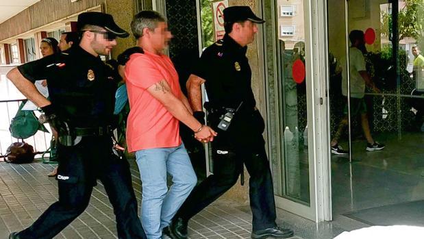 Bernardo Montoya a su llegada al hospital sevillano acompañado de dos agentes de la Policía