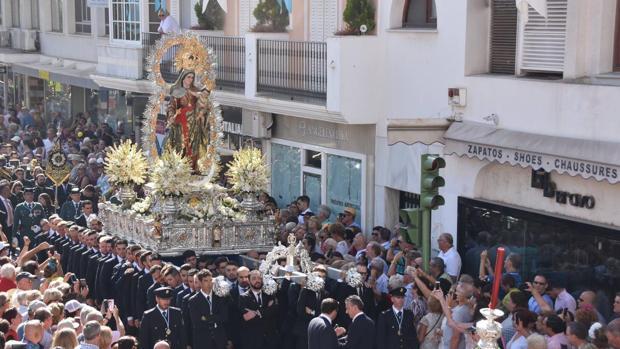 La Virgen del Rosario en procesión por las calles de Fuengirola