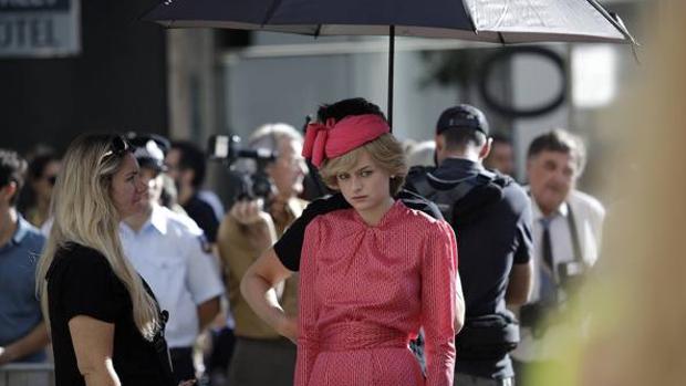 Emma Corrin caracterizada como Diana de Gales durante el rodaje en Málaga