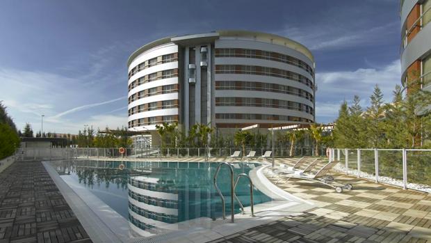 El Hotel Abades Nevada Palace de Granada, donde fue detenido antes de que Pedro Sánchez diera un mitin