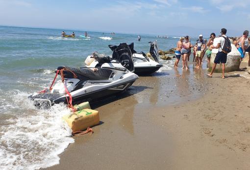 Dos Motos De Agua Cargadas De Droga Entran En Una Playa De Marbella Llena De Bañistas