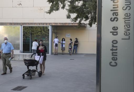 Colas en el centro de salud Levante Sur de Córdoba