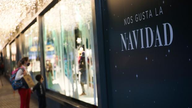 Escaparate de un comercio en el centro de Sevilla con motivos navideños
