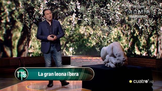 Íker Jiménez junto a una réplica de la leona íbera de La Rambla en su plató de «Cuarto Milenio»
