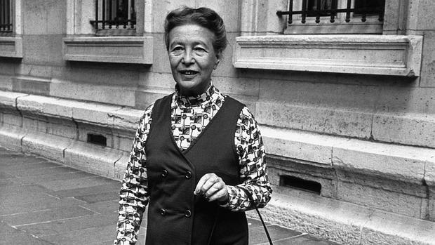 Simone de Beauvoir, fotografiada en las calles de París