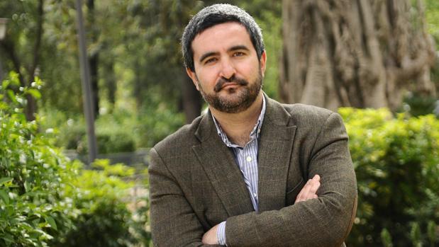 El escritor Daniel Ruiz García, ganador del premio Tusquets con «La gran ola»