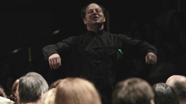 John Axelrod dirigiendo un concierto de la Sinfónica