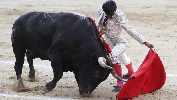 Gómez del Pilar se dobla con el toro de Dolores Aguirre