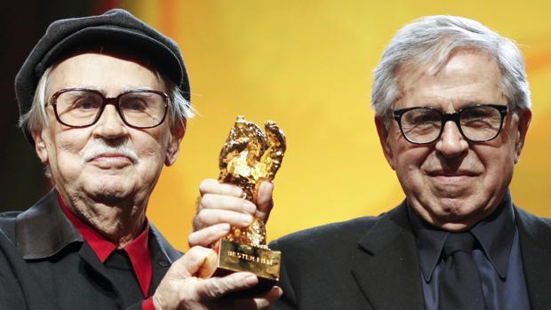 Vittorio y Paolo Taviani sostienen el oso de oro de la Berlinale en 2012 por «César debe morir»