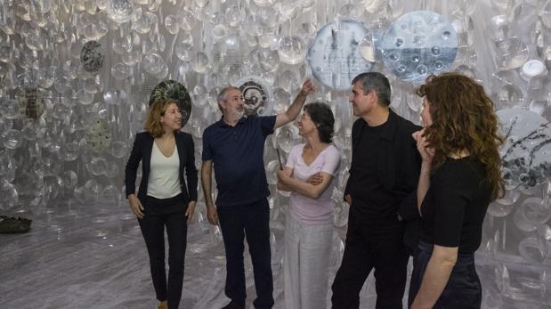 Los arquitectos catalanes, junto a las comisarias de la exposición en el pabellón de la bienal
