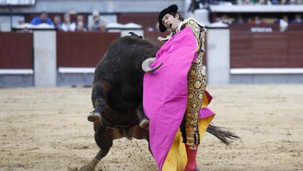Momento en que Castella es arrollado por el quinto toro