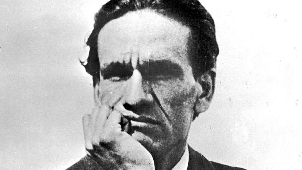 El poeta César Vallejo, con gesto reflexivo