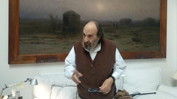 Pomés, en su casa de Barcelona, frente a un cuadro de Modest Urgell