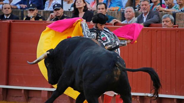 Morante de la Puebla con el capote sobre los hombros en la pasada Feria de San Miguel