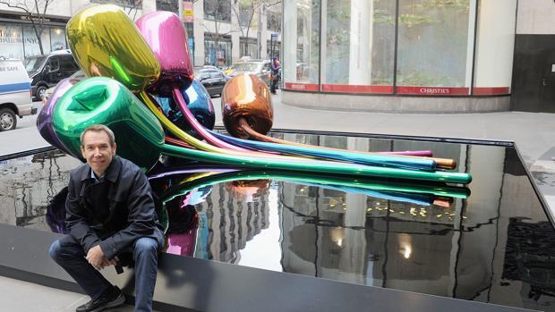 El artista estadounidense Jeff Koons posa delante de la obra que regaló a París