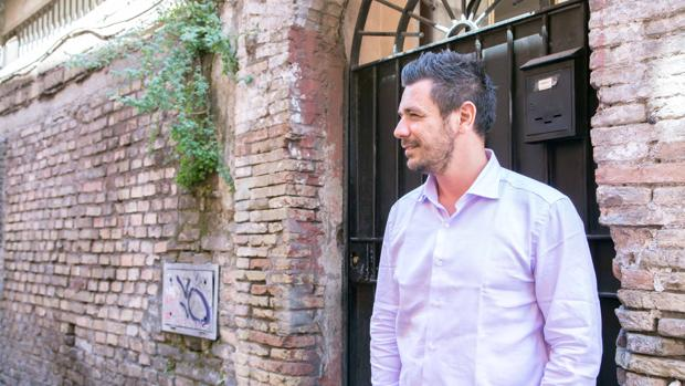 Roberto Emanuelli, fotografiado en las calles de Roma