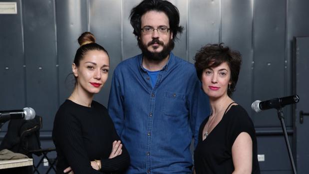 Las actrices Sara Gómez (izquierda) y Esther Vega (derecha), y el director Mario Hernández