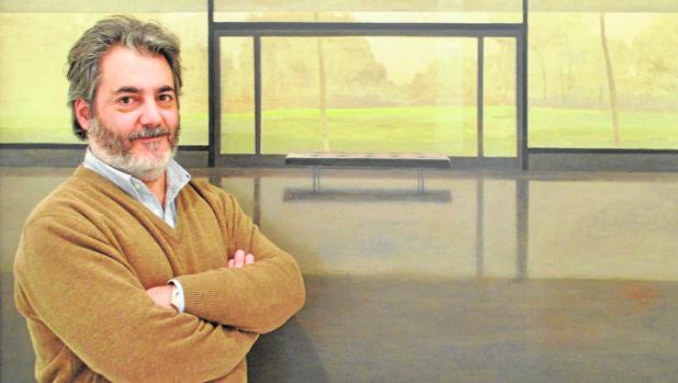El pintor sevillano Daniel Bilbao, ante una de sus obras en la galería Birimbao