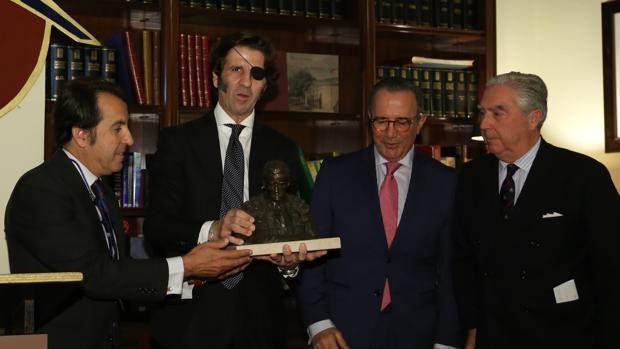 El diestro recoge el premio junto a Manuel Vázquez, Gómez de Salazar y Moreno de la Cova -