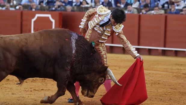 Álvaro Lorenzo, en la novena corrida de abono en la plaza de toros de Sevilla