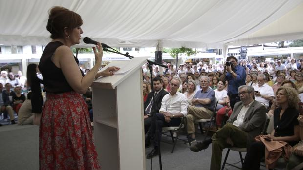 Elvira Lindo durante el pregón. En primera fila, su marido el escritor Antonio Muñoz Molina