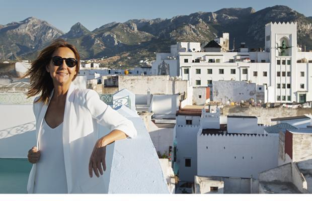 La escritora manchega, en una de las azoteas de la ciudad marroquí con el edificio «El Fénix» de fondo