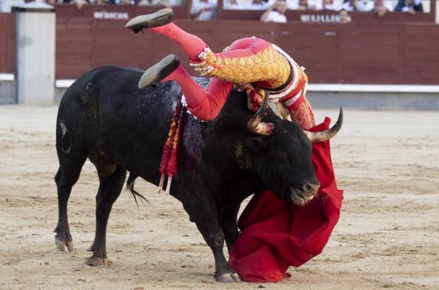 Paco Ureña, durante la cogida del segundo toro en Las Ventas