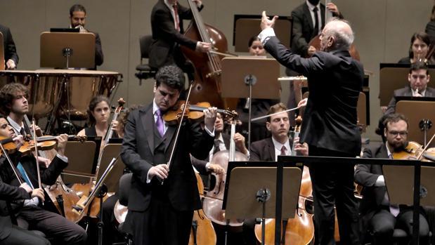 Daniel Barenboim dirigiendo a la orquesta y a su hijo Michael, solista de violín, en el Maestranza